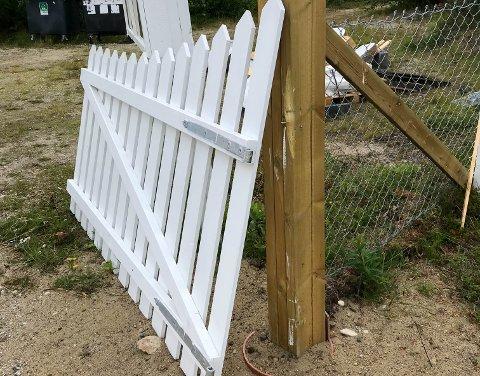 REVET AV: Slik så det ut da Aina Hanssen skulle på kirkegården i Lakselv mandag. Portene som hun og Porsanger Pensjonistforening satte opp for en måned siden, var revet rett av.
