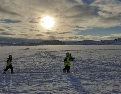 UT PÅ TUR: De eldste barna i Undheim barnehage storkoser seg ute om dagen. De gikk til Bakkatjødnå, like bak Knudaheio på tirsdag, til tross for mange minusgrader.