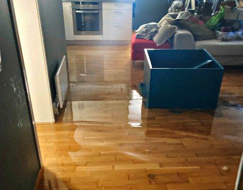 MANGE SKADER: Mange privatboliger opplevde vannskader i helgen. Dette bildet er fra lørdag formiddag, da brannmannskapene fra stasjon Tønsberg rykket ut etter melding om at gulvet i en sokkelleilighet sto under vann.