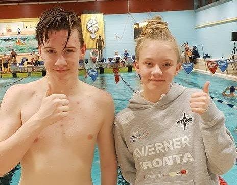Søskena Didrik og Ida Helen Gudding (t.h.) deltok saman med Ellinor Isaac på svømmestemne i Haraldshallen i helga, og fekk med seg fine medaljar heim. (Foto: Privat).