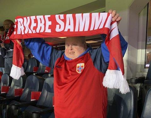 KJEMPEFORNØYD: Torill Heia, verdens største Skrim-patriot, storkoste seg på Ullevaal stadion lørdag kveld.ALLE FOTO: TORSTEIN AAKRE