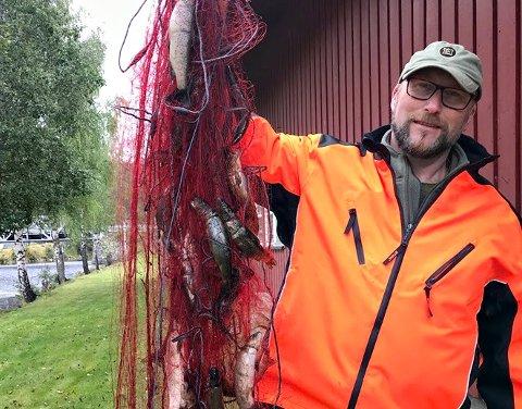 FISK NOK: Det er fisk nok til de fleste i Rødbergdammen, sier vannkoordinator Ingar Aasestad i Grønn dal. Han vet. Han har sjekket.