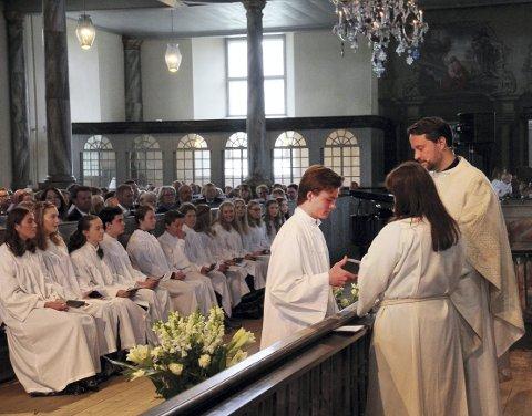 I FJOR: Simen Røsland Johansen ble konfirmert i mai i fjor. Her ved alteret sammen med kateket Tanja B. Hauge og prest Christen Christensen.