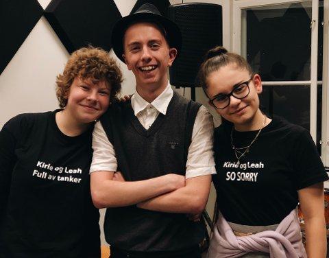 Fan-t-skjorter: Mathilde Hagen (16) og Kinga Gorz (16) stilte på scenen i Eirik Gulsrud Lauerud (18) sine fan-t-skjorter som promoterer et av hans mange prosjekter.