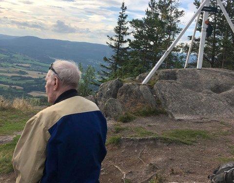 ENDELIG: Arvid Stensen (92) kunne endelig nyte utsikten fra Glasåsen for første gang.