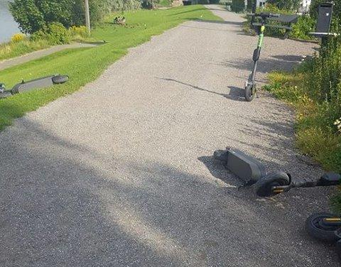 SKAPER REAKSJONER: Slik så det ut ved flomvollen lørdag morgen, hvor fem elsparkesykler fra firmaet Zvipp lå strødd.