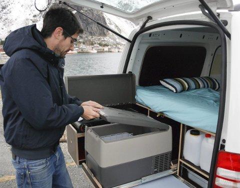 Kjøleskap: Under sengen finnes det også et kjøleskap. Til høyre sees vanntank og en enkel vaskekumme.