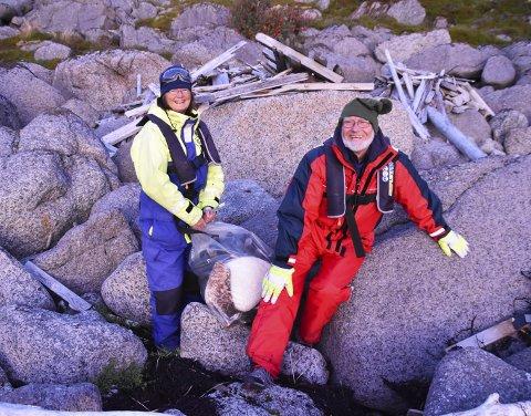Strandryddeaksjon: Tessa Higgens og Reinherd Liss var to av mange som var i aksjon under strandryddedagen i regi av Hurtigruten tirsdag.De syntes det var et trist syn som møtte dem. Alle Foto: Synne Mauseth