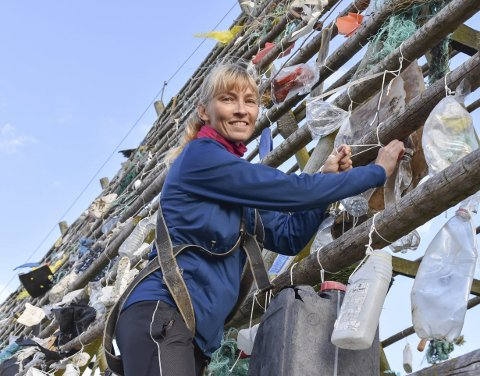 Kunstner: Sammen med Hurtigruten har Lise Wulff fått støtte fra Miljødirektoratet til et spesielt prosjekt, hvor søppel har blitt til en kunstinstallasjon. I disse dager ferdigstilles kunstverket på Svinøya, og Wulff håper at det kan bidra til bevisstgjøring og diskusjon. Alle Foto: Synne Mauseth