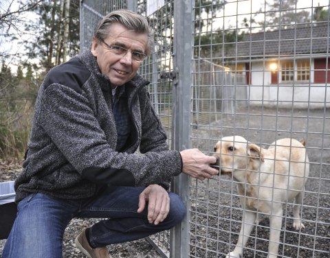 BEKYMRET: Gunvald Andersen krever at grusen i denne luftegården skiftes umiddelbart.