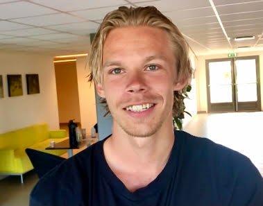 BETALER: Sebastian Pedersen lar seg ikke skinne før seriestart og legger heller igjen 2500 kroner i botskassa. - En enkel avgjørelse, bekrefter 22-åringen.