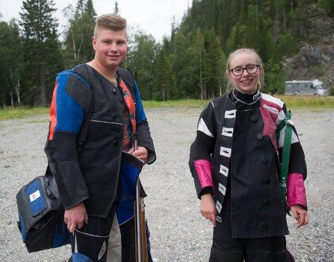 SAVNER KONKURRENTER: Harald Sagvik Økstad, Høylandet skytterlag og Ingrid Eline Aas, Nordre Skage skytterlag var to av de få skytterne under 20 år som deltok i helgas stevner i Namdalen.