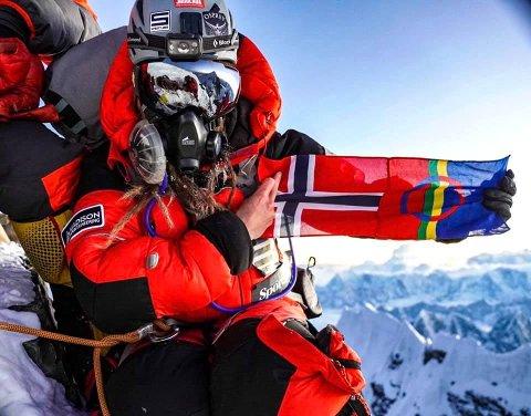 PÅ TOPPEN: Kristin Harila på toppen av Mount Everest.