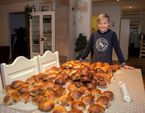 OMSORG: Sebastian tok selv initiativ og fikk tak i 100 boller han kunne dele ut.