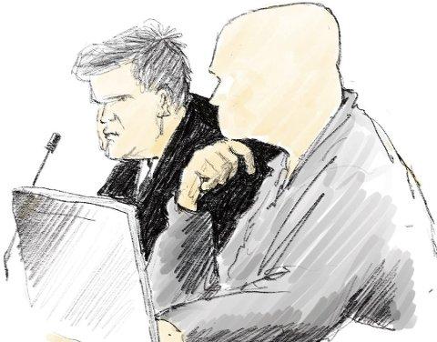 GJØVIK TINGRETT: Den tiltalte eks-politimannen sammen med sin forsvarer.TEGNING: HERB