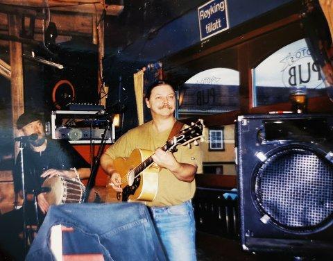 Bror Skog spilte på Tottos pub på 90-tallet. OA publiserer bildene med tillatelse fra Skogs datter.
