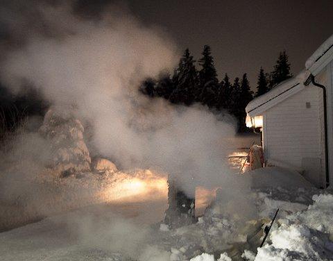 BRANT NED: Politiet ønsker tips etter at et søppelskur brant ned natt til søndag.