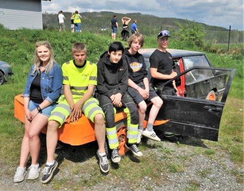 TRIVES: Ann Kristin Marigård Kjekshus (f.v) synes det er flott at Simen Fjeldstad, Stig Erik Molstad Jensen, Henrik Sveen Iversen og Kristoffer Konterud trives med aktiviteter i Drive for life.
