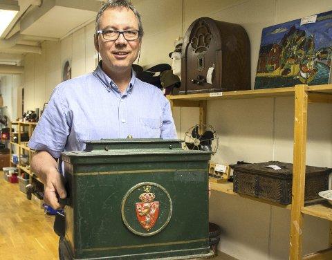 1 Godt valg: Kjell Langli viser en gammel valgurne med riksvåpenet, som er lagt ut for salg.