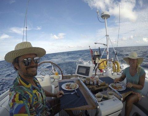 1 halvveisparty: – Det indiske hav var en positiv overraskelse. Mindre søppel og fantastiske forhold. Da vi kom inn i seilingsområdet for monsunvind fikk vi de fineste forholdene vi har hatt på turen. Så ble det tid for middag, skriver Lars-Fredrik og Gina. ALLE FOTO: PRIVAT