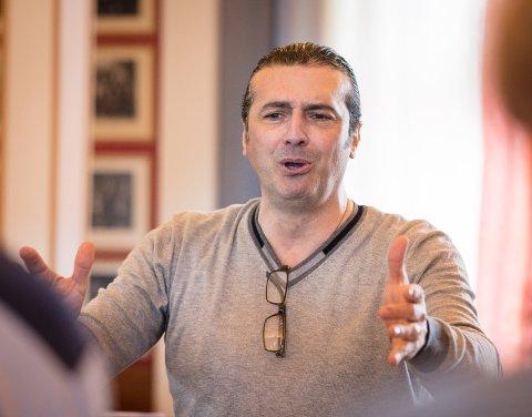 ITALIENSK LIDENSKAP: Massimiliano Viapiano gir et kor fra det kalde Norge bide italiensk lidenskap og kunnskap.