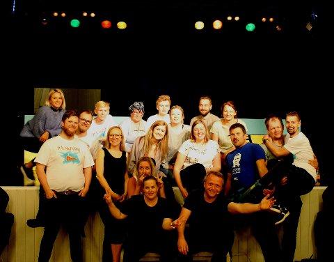 SPLITTER PINE: Revygruppen Splitter Pine, i Styrvoll ungdomslag, er igjen klar for en utsolgt premiere og mye moro på flere forestillinger.
