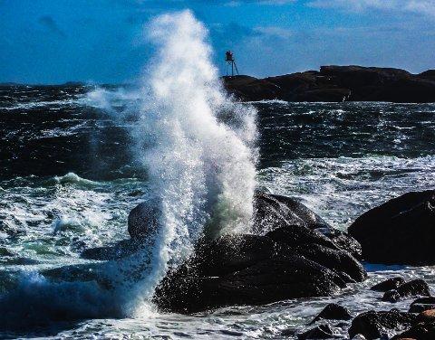 Det er meldt om fare for mye sjø i dag. Har du hummerteiner ute bør du kanskje vente til uværet har lagt seg. Bildet er fra stormen 6. juli.