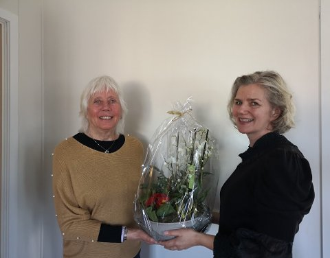 EN TAKK: Ingunn Ansnes i Redd Barna overreker blomster til Eli Furustad som takk for innsatsen hun har lagt ned over mange år.