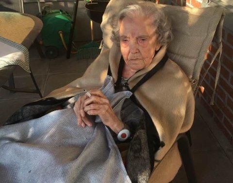 GLEDE: Randi Fjeldstad har røkt i 70 år, og nå er hun avhengig av å bli pakket inn og trillet ut på røykehjørnet. Her er det kaldt, og 94-åringen har mistet noe av meningen med livet når hun ikke kan nyte sin sigarett uten å fryse. Foto: Privat