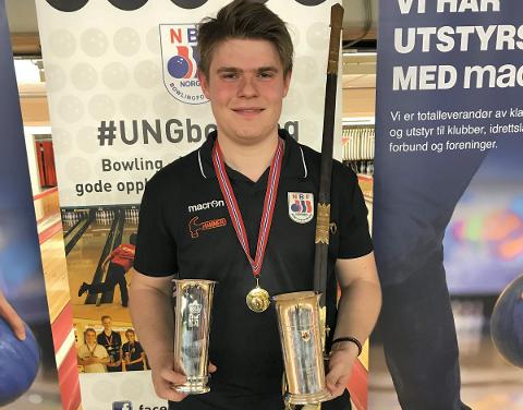 GULL OG KONGEPOKAL: Jonas Dammen med gull og kongepokal i senior-NM i bowling.
