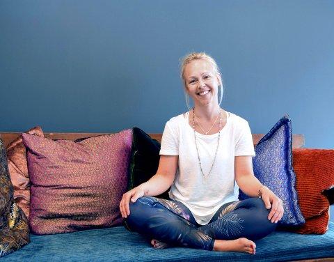 NOE ALLE TRENGER: – Yoga er nyttig for alle. Ingen er for stive til å prøve yoga, sier Anette Berger (41) fra Elverum. Hun startet sitt eget yogastudio, Modaka, for to år siden og stortrives i jobben sin.