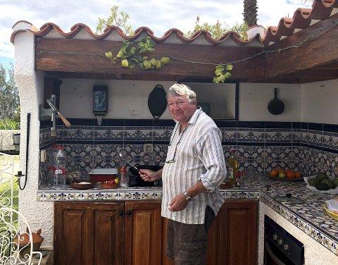 Nøttlending Per Samuelsen stortrives på utekjøkkenet på Gran Canaria når vinteren herjer hjemme i Årøysund.