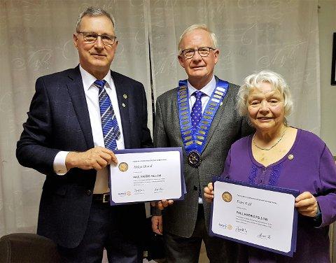 President i Langesund Rotary president Rolf Halvard Heimdal delte ut hederspris til Helge Oland og Kari Killi.