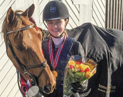 IKKE HELT INN:Det var nesten for Maria Louise Kingsrød under nordisk mesterskap. Her med ponnien HB Ginger Spice.