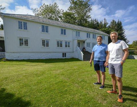 Idyllisk: Røssøygården ligger idyllisk til på Røssøya. På bildet f.v. Ørjan Skonseng og Wiggo Dalmo