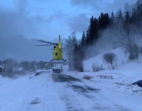 RØLIBRUA: Helikopteret rykket også ut, men sjåføren ble tatt med i ambulanse.