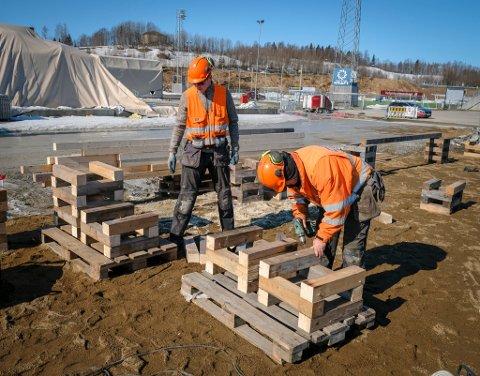 I GANG: MBA rigger området med brakker før de starter byggingen av ny fotballhall på Sagbakken. Her er Leif Kaspersen (t.h.) og Ole Åsland i arbeid  på tomta til brakkeriggen.