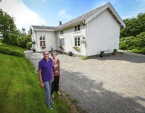 Nesten 300 år: Den gamle gården har vært i Lisa Hauknes Enoksen sin familie siden midt på 1700-tallet. Hun bor her sammen med mannen sin Knut.
