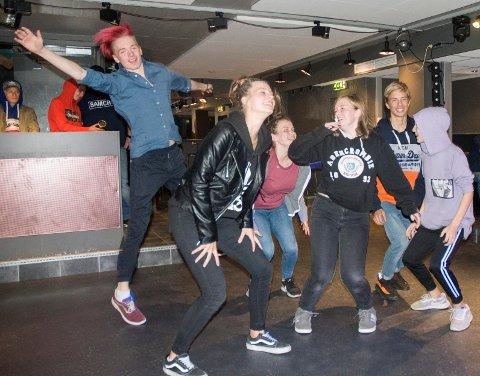 KICK OFF: Denne gjengen jubler for nyoppussede lokaler i ungdomsklubben Freezone.