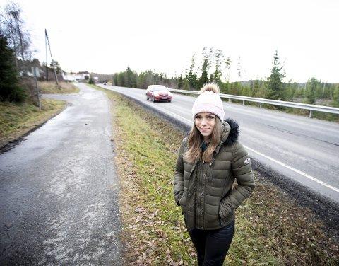 ULYKKESSTEDET: – Jeg mente at jeg kom meg trygt over veien, men slik gikk det visst ikke, sier Julie Hejtmanek. Foto: Lisbeth Lund Andresen