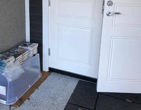 PÅ DØRSTOKKEN: Bare å forsyne seg ved Caterinas dør så lenge det ligger bøker der.