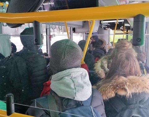 PÅ MED MUNNBIND: Ungdomsskoleelever som bruker buss eller drosje til og fra skole skal ha på seg munnbind når de reiser fra og med mandag.