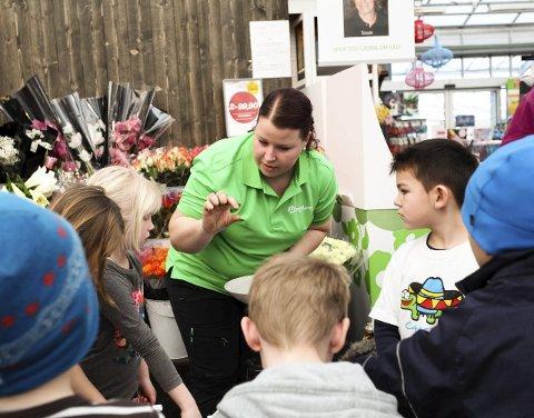 LÆRER BORT: Gartner Kristine Hansen forteller elevene hva som skjer når man sår et frø.