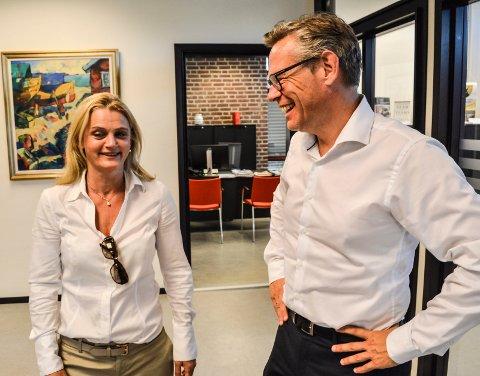 OPPREISNING: Kommuneadvokat og varsler Miriam Schei er glad for at konstituert rådmann Lars Petter Kjær har gitt henne en unnskyldning uten forbehold. Her har de en kort «peptalk» torsdag morgen.