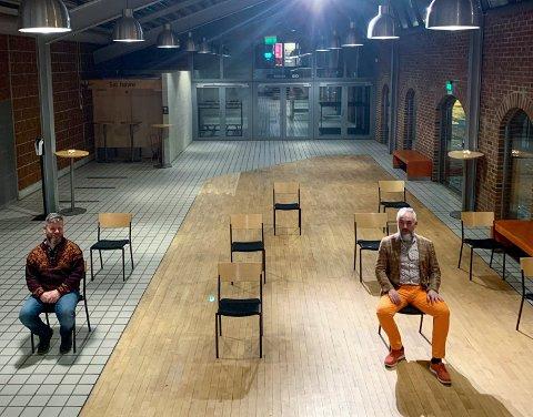 John Austvoll og Kjartan Thu er klare i foajeen, som kunne tatt så mange flere mennesker dersom stolene var fastmonterte i gulvet. Under Operacafé tirsdag, var det kun plass til ti publikummere.