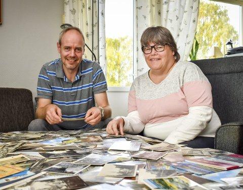 POSTKORTSAMLING: Frode Otto Fossum har hundrevis av postkort med motiv fra Askim. Samboer og forlovede Solveig Berg deler entusiasmen for gamle, lokale skatter.