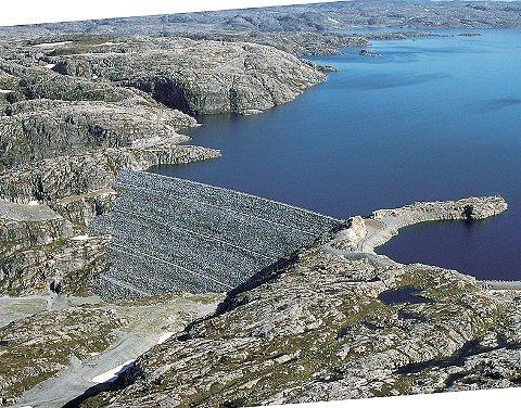 Oddatjørndammen held på plass 2.000 millionar kubikkmeter med vatn. Bryt dammen saman, vil vatnet strøyma ned Ulladalen. (Foto: Statkraft)