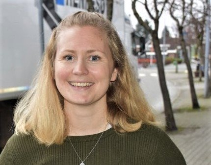 IKKJE FERDIG: Sentrumsleiar Elin Aasheim Rossemyr fortel at handelsforeininga og Strand kommune ikkje rakk å bli ferdige med eit informasjonskart før ferien.