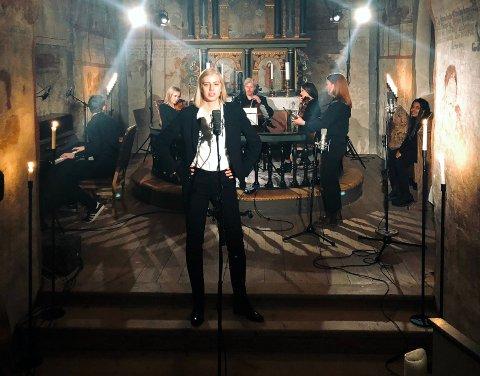 NY VIDEO: Anne Fagermo på plass i sin lokale kirke for å gjøre opptak.