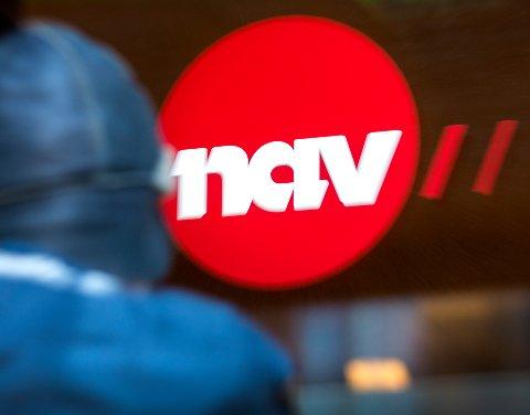 Oslo  20190228. Illustrasjonsbilder: En mann utenfor med et NAV skilt. Modellklarert Foto: Gorm Kallestad / NTB